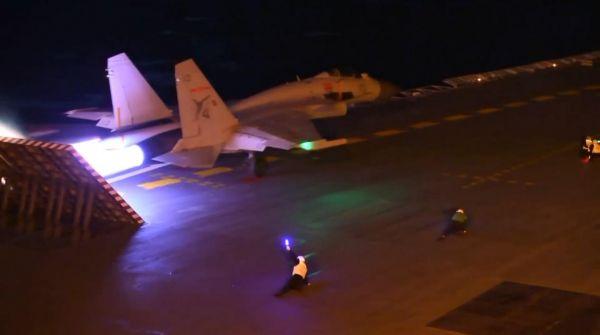 资料图:歼-15在辽宁舰上练习夜间起降。