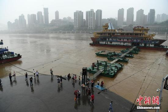 长江水位上涨到朝天门观景平台。陈超 摄