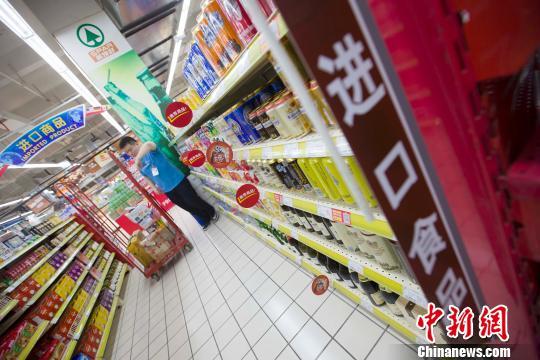 山西太原,超市工作人员正在整理进口商品货架。 张云 摄
