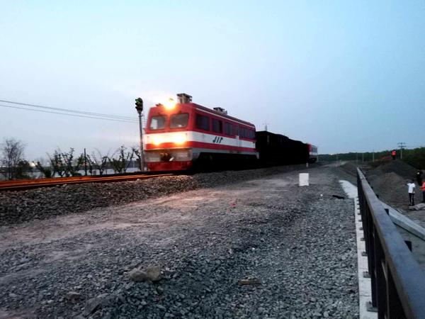 5月15日傍晚,一辆货运列车顺利通过中铁十八局五公司承建的七滦铁路沉降区段整治应急抢险工程(王容 伍振摄)