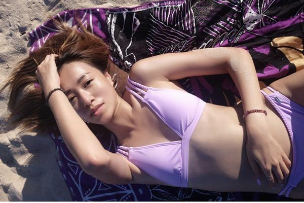 女子组合Bingo成员Odilia(陈康琪)在沙滩秀性感身材